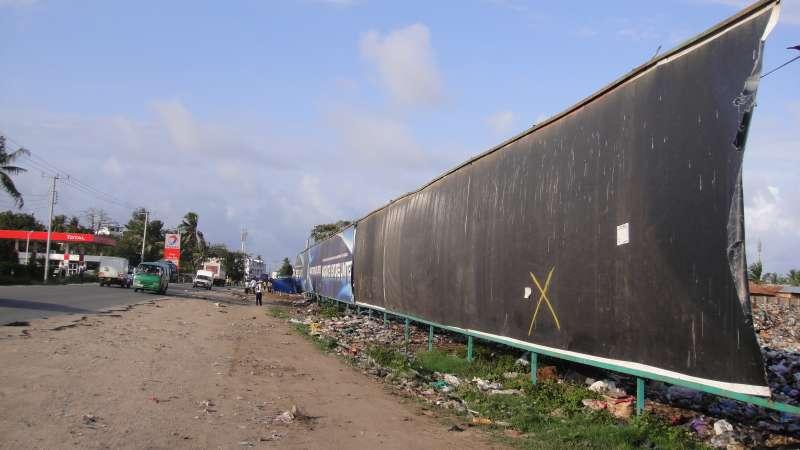 一條馬路之隔的繁華,對垃圾山貧民區的人來說,是另一個世界,可望而不可及。(圖/謝幸吟提供)