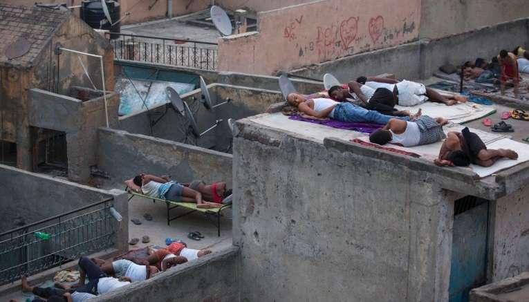 2015年5月,印度新德里的居民選擇睡在屋頂上,而不是睡在高溫的室內(AP)