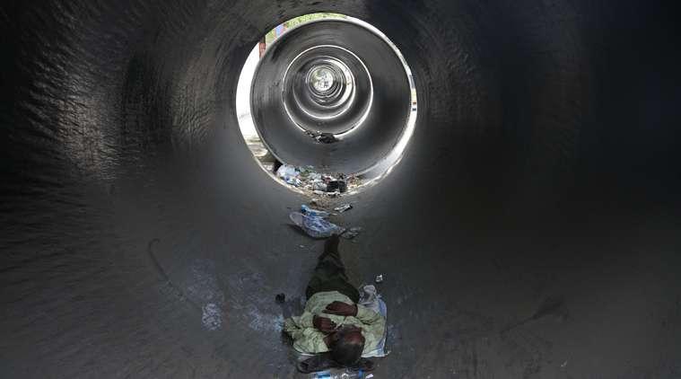 印度中部大城海德拉巴(Hyderabad)炎熱夏季的某一天,一名男子在水泥管中休息(AP)