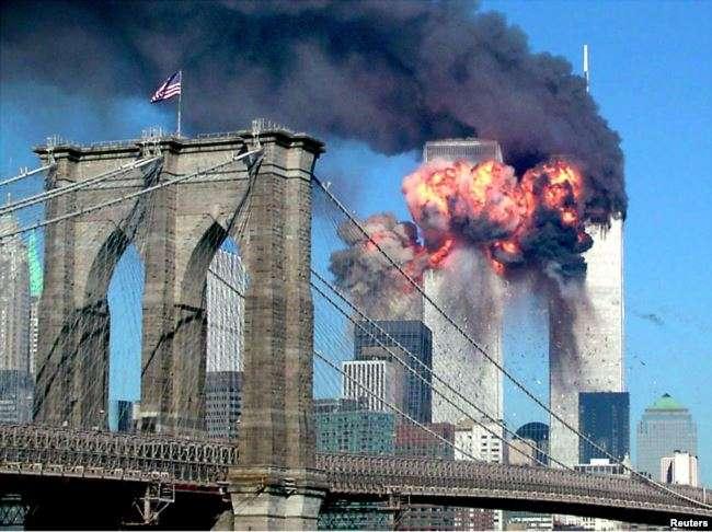 2001年9月11日,一架被劫持的飛機撞上紐約世界貿易中心的第二座塔樓後,高樓迸發出火焰。(美國之音)