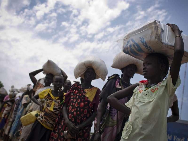 南蘇丹北部班提烏的民眾等待聯合國世界糧食計劃署發放食物,聯合國去年估計共500萬南蘇丹人未獲得足夠的食物(AP)