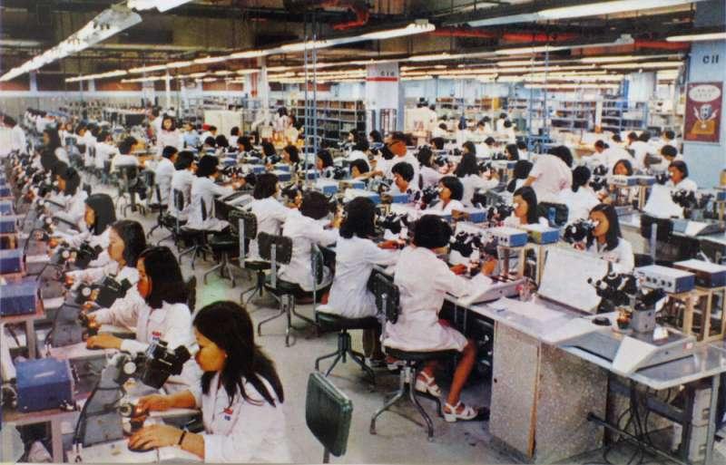 以美商名號與優渥福利,RCA當年吸引許多女工擔任生產線的作業員。(工傷協會提供)