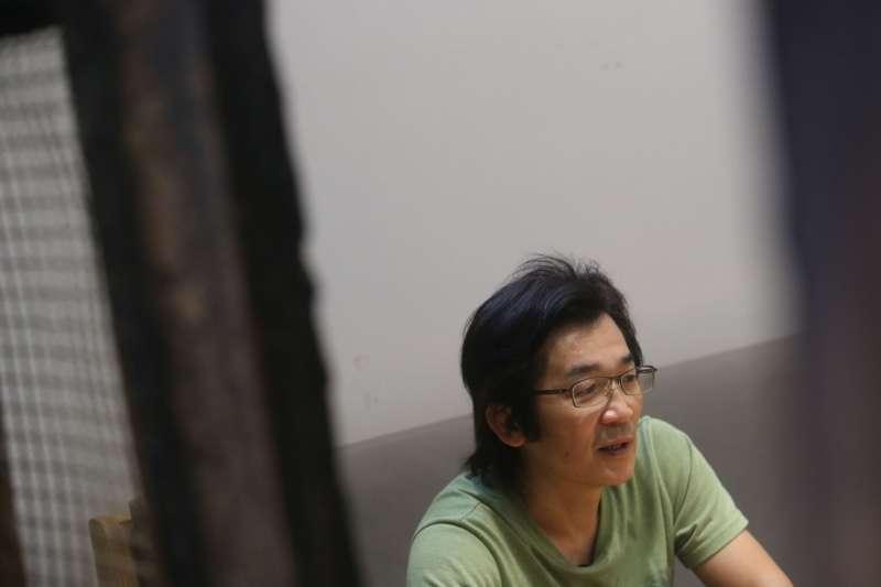 很多人說台灣看起來像番薯,他卻認為台灣像個大著肚子的母親。(圖/文化+)
