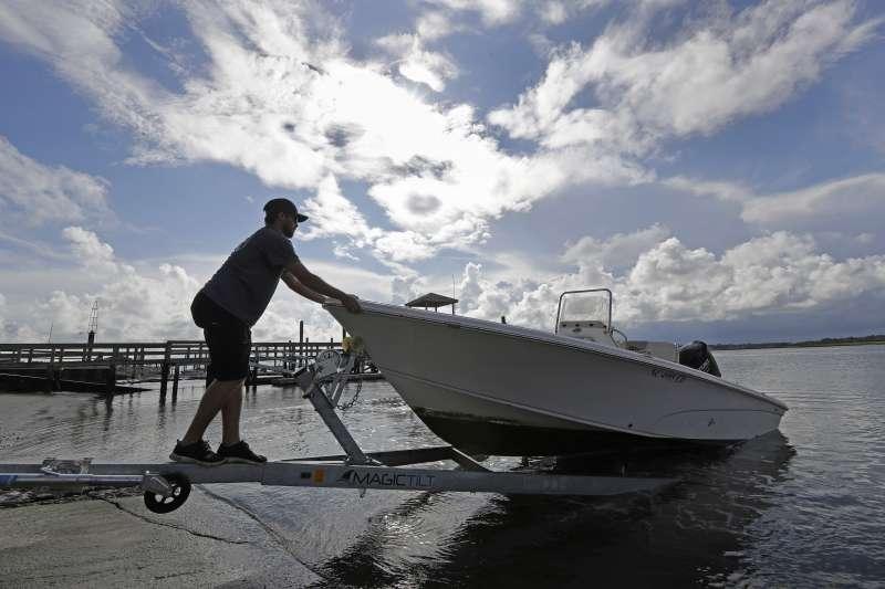 北卡羅來納州居民趕在颶風來襲前安置船隻。(美聯社)