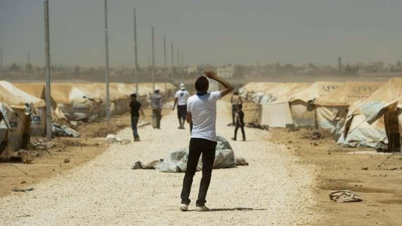 2012年8月,約旦扎塔利難民營裡,一名敘利亞難民正在喝水(AP)
