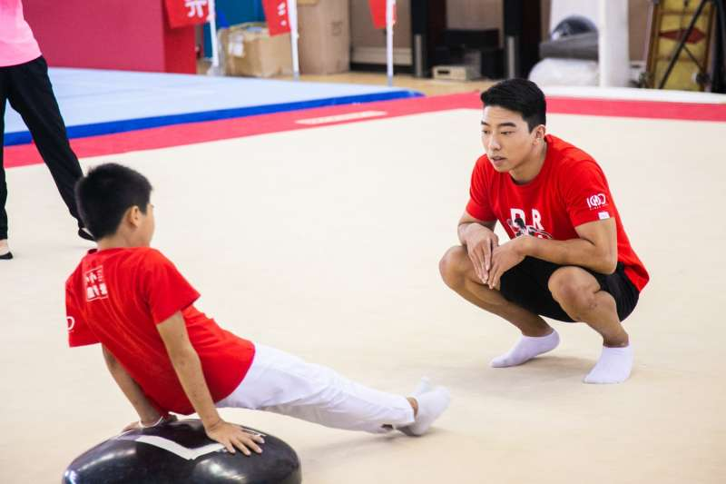 昔日在《翻滾吧!男孩》電影中經歷嚴格訓練的黃克強,如今也親身指導小小選手們進行訓練(圖 / 華南銀行提供)