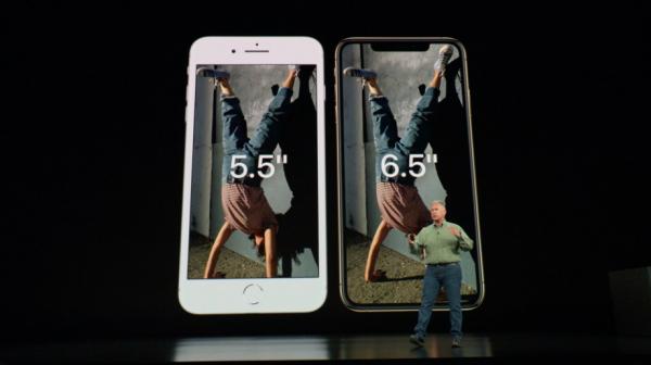 iPhone Xs Max裝置與iPhone 8 Plus一樣,但螢幕更大,拉長到6.5吋。(圖/Apple,數位時代提供)