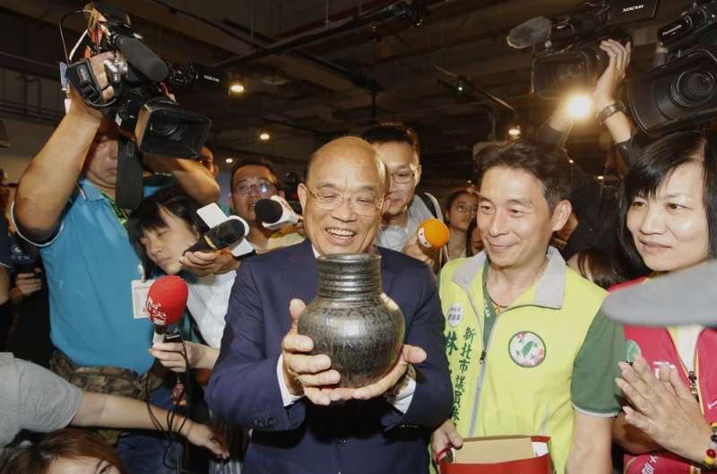 此次選舉中大型造勢活動已減少,候選人如蘇貞昌(中)等人都在努力凝聚網路動員力。(柯承惠攝)