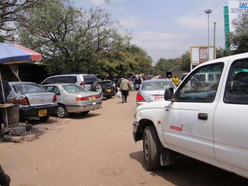 紅色CD車牌,則是駐奈洛比使節團專用;紅色KX則是享有外交禮遇的國際非政府組織。一般車牌則是前白後黃,U、S或T字母開頭,顯示來自烏干達、索馬利亞或坦尚尼亞。(圖/謝幸吟提供)