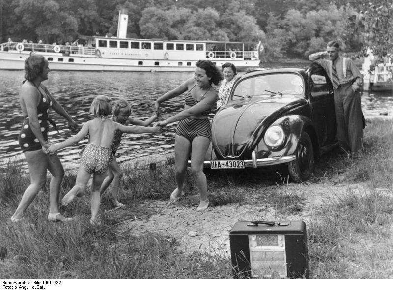納粹德國時期的度假廣告中有KdF車(KdF-Wagen)現身,即為日後甲蟲車的前身。(圖片來源:德國聯邦檔案 Bundesarchiv)