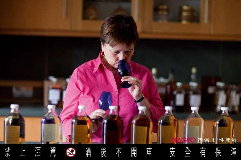 蘇格蘭少見的女性首席調酒師Maureen Robinson,確保蘇格登威士忌能擁有完美的平衡感。(圖/蘇格登)