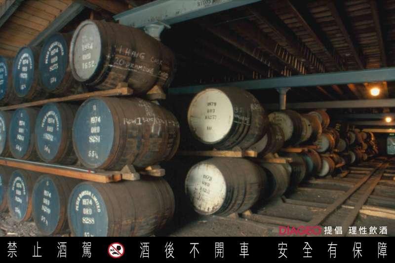橡木桶的陳年對威士忌可說影響最為重大,酒窖的環境格外重要。(圖/蘇格登)