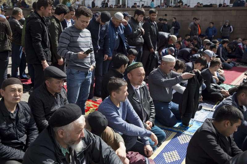 中共在新疆設置「再教育營」,無論年齡、性別,都可能因為任何原因遭到關押,其中大多是被關押者是維吾爾族穆斯林。(美聯社)