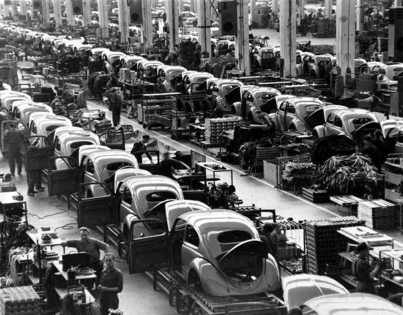 1954年,福斯位在德國狼堡的車廠,大量生產金龜車中。(美聯社)