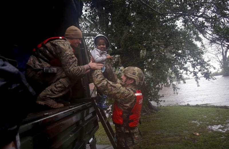 北卡羅來納州河口小鎮新伯恩在這場颶風淹水嚴重,該州國民警衛隊協助當地居民緊急撤離(AP)