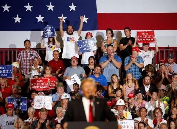 川普支持者高舉「讓美國再次偉大」的標語。(圖/*CUP提供)