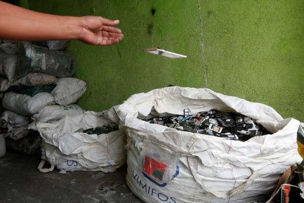 把手機丟到專用回收袋雖為負責任的做法,但回收廠要拆除內置電池相當費神。(圖/*CUP提供)
