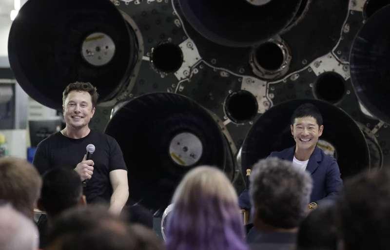 SpaceX執行長馬斯克(左)與前澤友作(AP)
