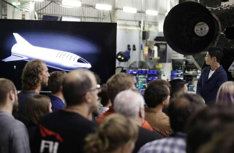 前澤友作(右)望著螢幕上大獵鷹火箭的影像(AP)