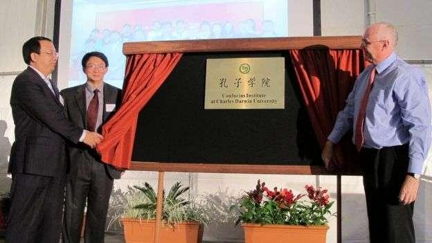 澳大利亞查爾斯·達爾文大學、中國安徽師範大學和海南大學合作舉辦孔子學院。圖為2012年中澳三校校長揭牌儀式。(BBC中文網)