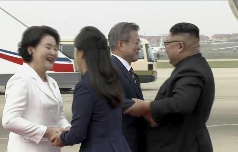 2018年9月18日,南韓總統文在寅夫婦搭乘空軍一號專機飛抵北韓首都平壤順安國際機場,北韓最高領導人金正恩夫婦親自到機場迎接。(AP)