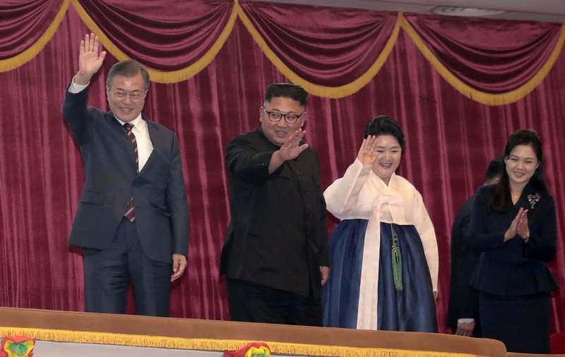 2018年9月18日,南韓總統文在寅夫婦訪問平壤,北韓領導人金正恩夫婦熱誠款待。(美聯社)