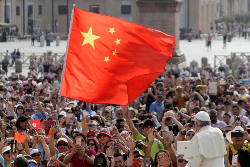 中國與梵蒂岡將簽署主教協議,圖為教宗方濟各每周例行彌撒見天主教徒時,中國教徒揮舞中國五星旗(AP,資料照)