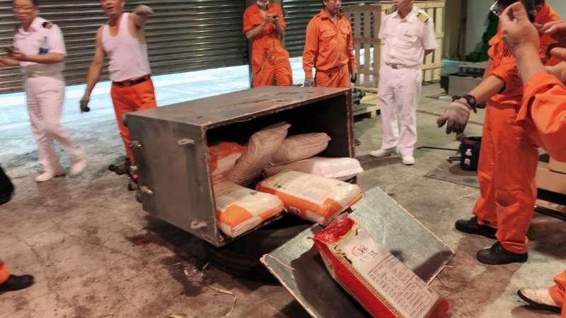 調查局表示,查緝人員將焊死的機殼拆卸下來,發現內藏有10大包總重200公斤的愷他命毒品。(法務部提供)