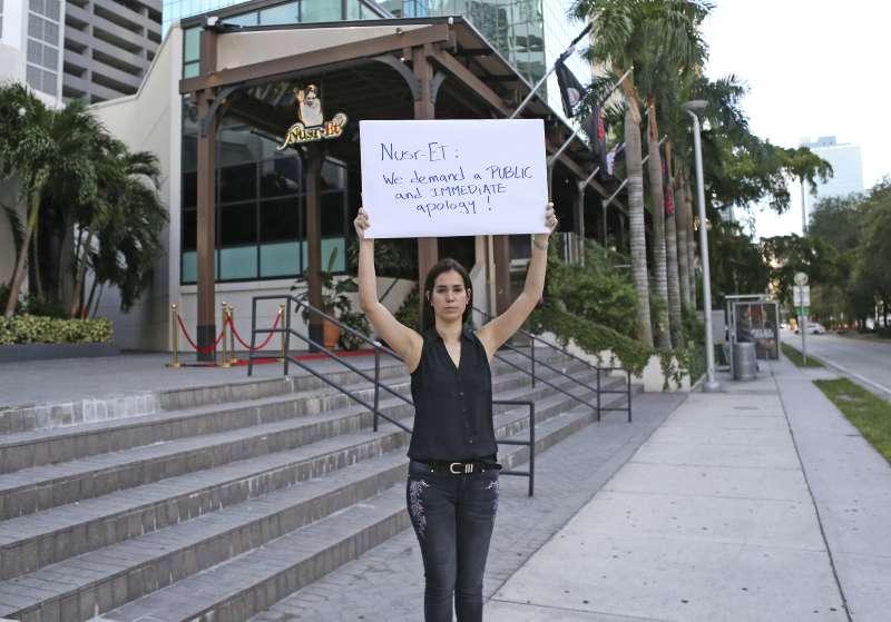委內瑞拉移民在「撒鹽哥」格切(Nusret Gökçe)位於邁阿密的餐廳外抗議,要求他立即道歉。(AP)