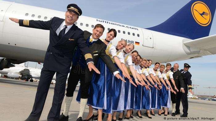 每年十月節之際,漢莎機組人員都會穿上民族服裝。此圖為2012年所攝。(德國之聲)