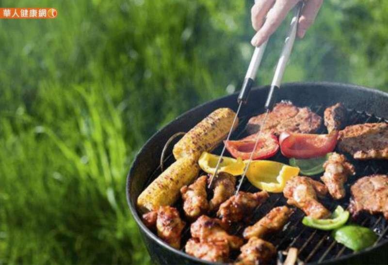 大口吃肉、吃月餅、大口喝酒或含糖飲料,一不小心,血壓、血糖、膽固醇就亮起紅燈!(圖/華人健康網提供)