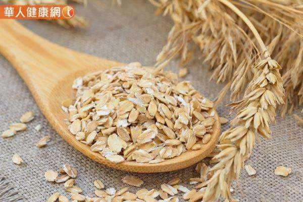 麥片和燕麥片因含有豐富的膳食纖維,被許多人視為對抗肥胖的超級食材。(圖/華人健康網提供)