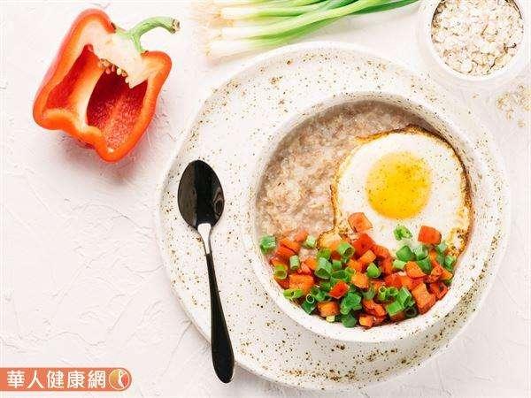 吃麥片幫助減重時,應搭配蛋白質和蔬菜一起吃,可以增加飽足感,又能兼顧營養均衡,更有助體重控制。(圖/華人健康網提供)