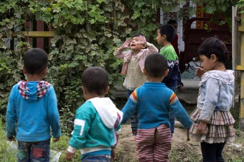 中國大肆迫害新疆維吾爾人,甚至讓他們的下一代成為「有爸媽的孤兒」(AP)
