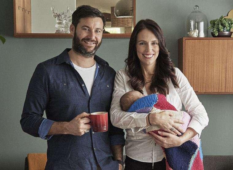 紐西蘭總理雅頓(右)抱著女兒妮芙,旁邊是她的男友、孩子的爸爸蓋福德(AP)
