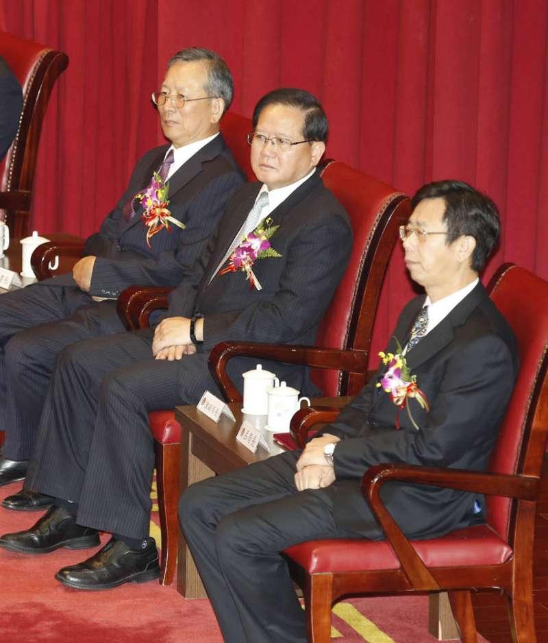 司法院秘書長呂太郎(左)見證老同學呂文忠(右)接掌調查局。(郭晉瑋攝)