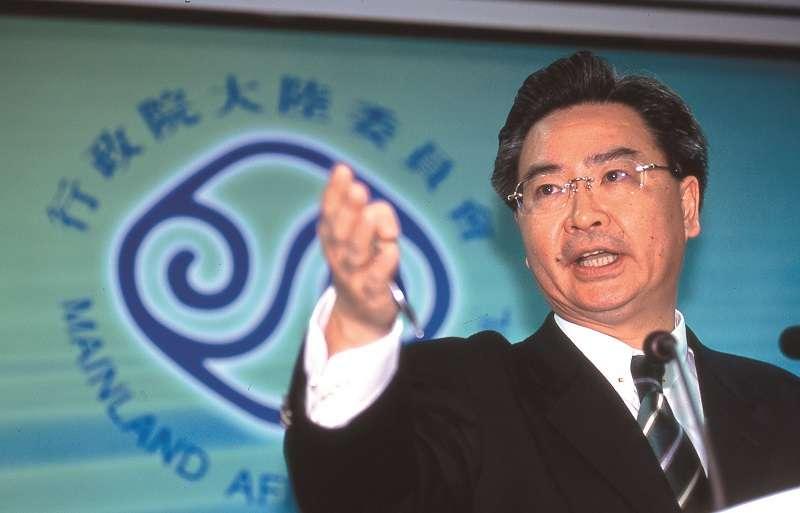 吳釗燮任陸委會主委時,曾主張嚴格看待台灣人在中國設籍或領用中國護照。(新新聞資料照)