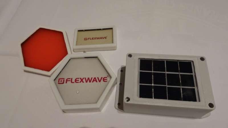 波導矽橡膠材料還可以隨意彎折、耐寒防水抗UV,只要有自然光就可以發電。(圖/高敬原攝,數位時代提供)