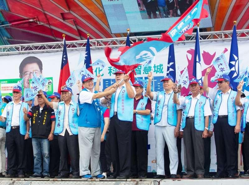 楊文科頒授戰旗給各鄉鎮市農會幹部,誓言團結一心打贏選戰。(圖/楊文科競選總部提供)