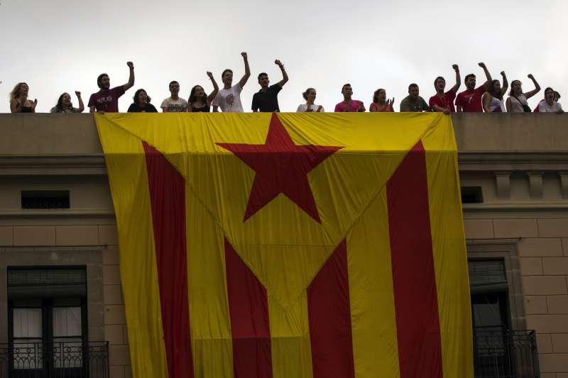 西班牙巴塞隆納居民展現加泰隆尼亞孤星旗,表達支持獨立立場(AP)