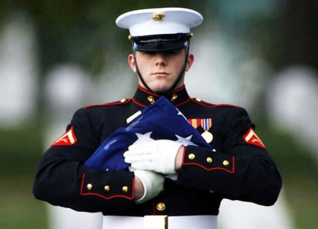 aling圖七:阿靈頓國家公墓內禮兵摺疊完成的美國國旗。(作者提供).png