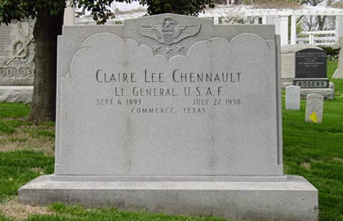 aling圖八:位於阿靈頓公墓內的陳納德將軍墓碑之正面。(作者提供).png