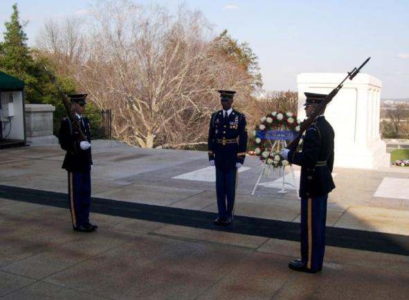 aling圖十一:這是兩次世界大戰、韓戰和越南戰等時期為國犧牲的「美軍無名戰士之墓(Tomb of the Unknowns)」。(作者提供).png