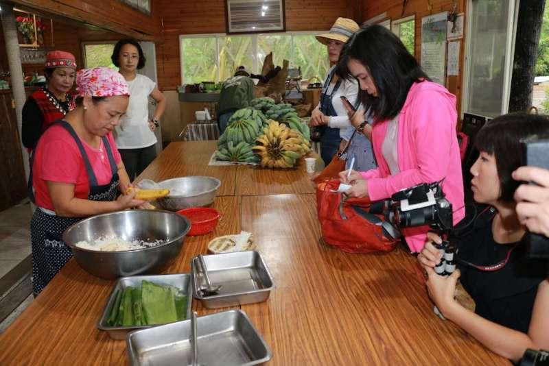 葛思悠農場提供在地農產料理,遊客也可親手DIY香蕉紅藜飯糰養生又美味。(圖/李梅瑛攝)