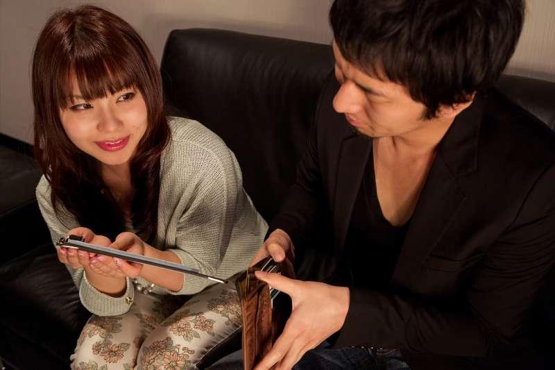 小姐熱情的遞上酒單,天南地北地陪酒客聊天。(圖/pakutaso)