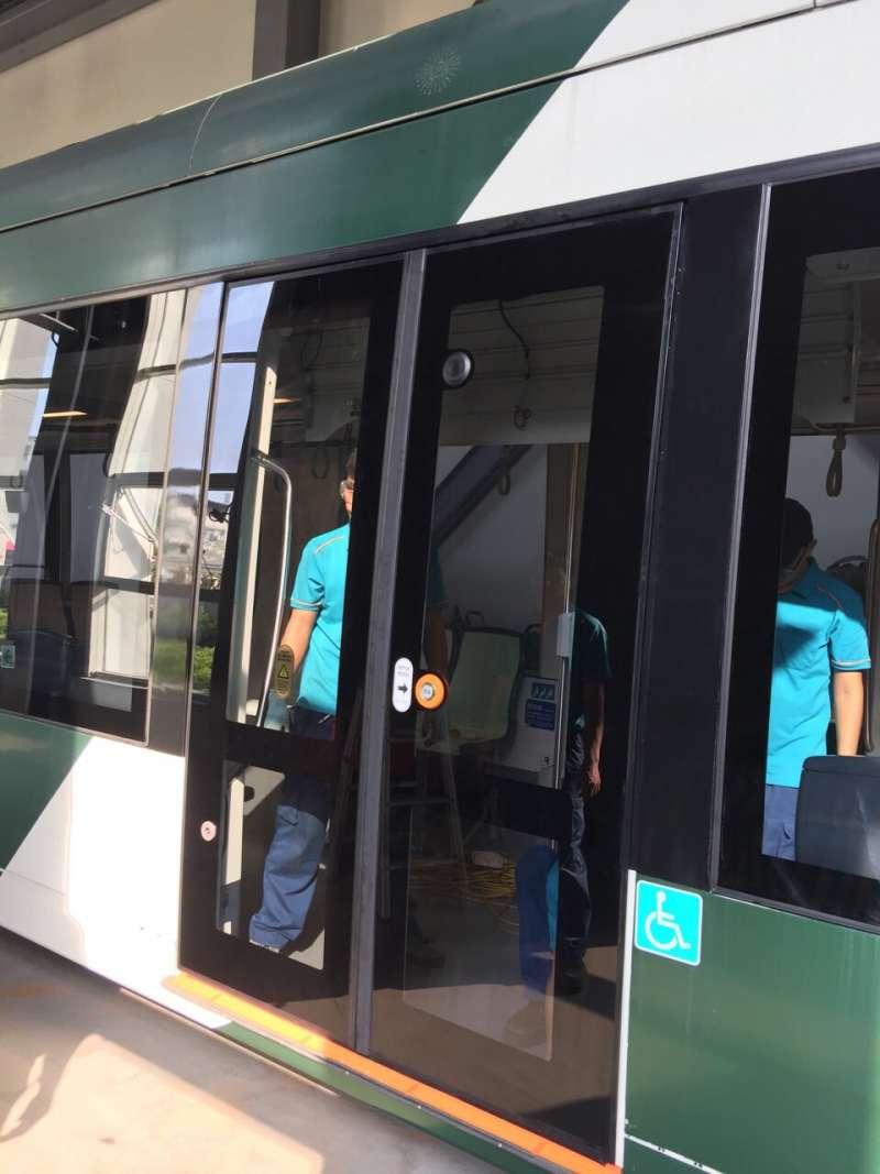高捷公司強調,輕軌列車使用的是強化玻璃,較一般玻璃可承受三至五倍重力,破裂時也如蜘蛛網狀破裂,不會碎裂傷人。(圖/徐炳文攝)