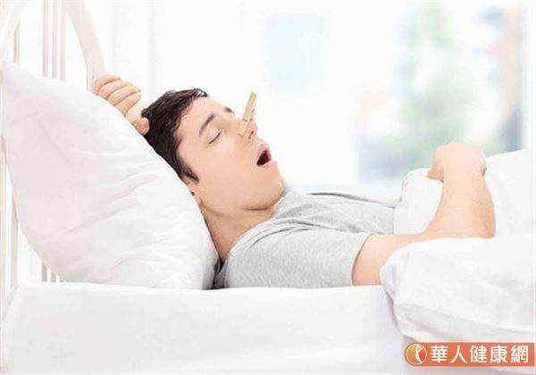 睡眠呼吸中止症死亡風險,是正常人的3倍。常伴隨打鼾、日間嗜睡,及睡醒頭痛等3大特徵。 (圖/華人健康網提供)