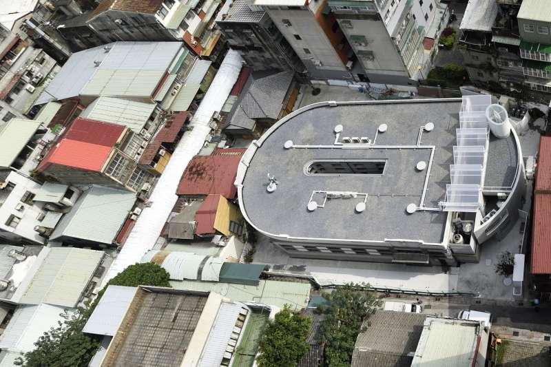 從空中俯瞰,馬蹄形建築外觀。(圖/瘋設計)