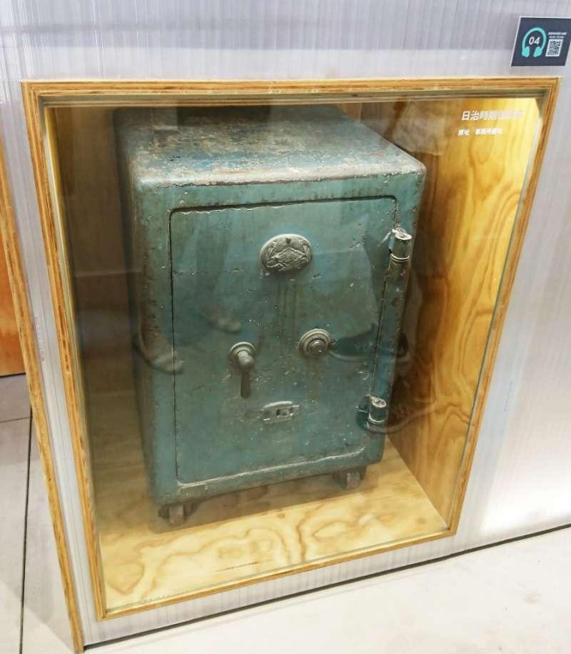 管理員辦公室內發現的保險箱,由於鑰匙遺失暫時無法開啟。(圖/瘋設計)