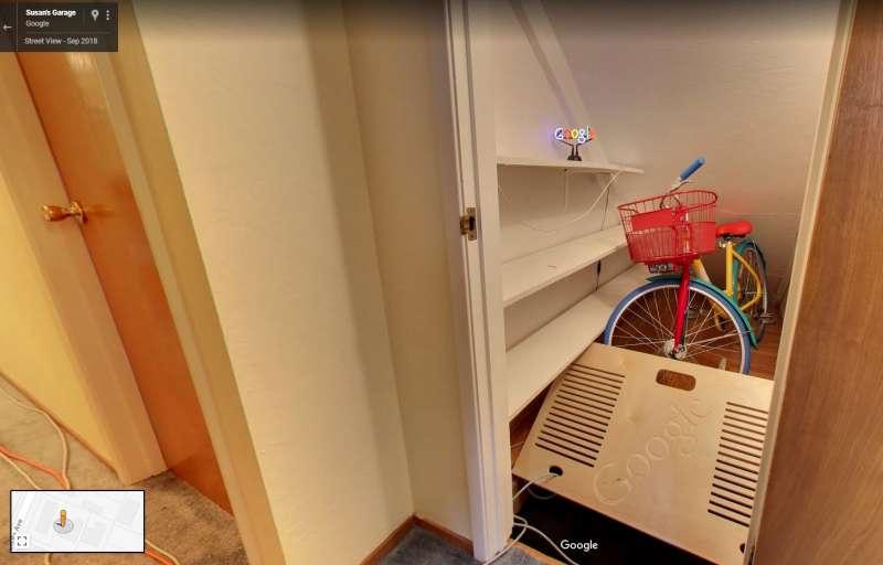 Google 在車庫內藏有小彩蛋,點亮霓虹燈後就會打開地板暗門,出現一台腳踏車。(圖/智慧機器人網提供)